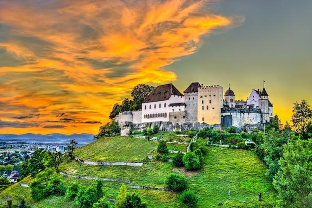 日没時のスイスのレンツブルク城