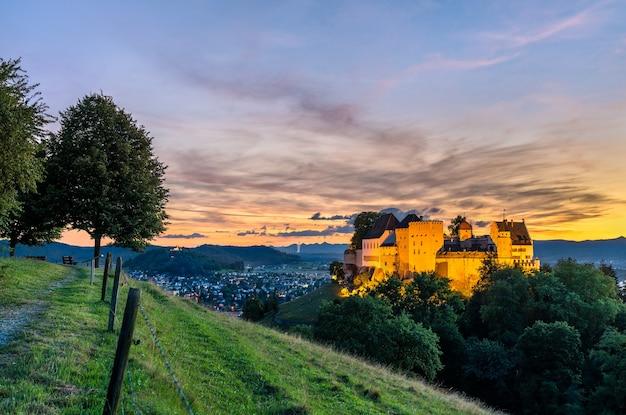 일몰에 스위스에서 lenzburg 성