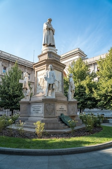 Памятник леонардо на площади пьяцца делла скала, милан, италия.