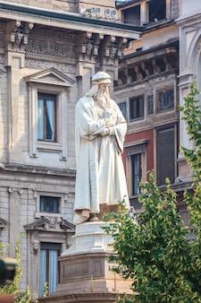 Памятник леонардо на площади пьяцца делла скала
