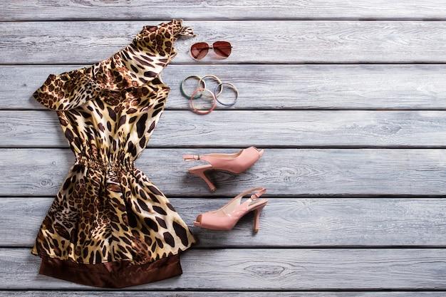 레오파드 이브닝 드레스와 발 뒤꿈치. 선글라스와 팔찌 세트. 디자이너 옷을 특별한 가격으로 만나보세요. 브랜드 샵에 새로 입점했습니다.