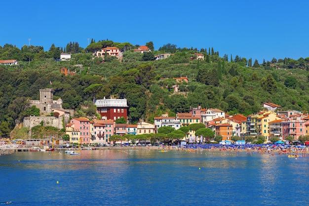 Красивый вид от моря на пляже lerici, лигурийском побережье италии в провинции ла spezia.