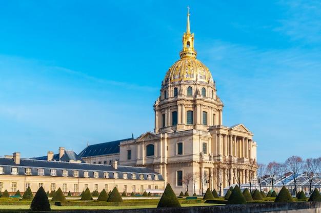 Дом инвалидов - это комплекс музеев и памятников военной истории франции в париже.