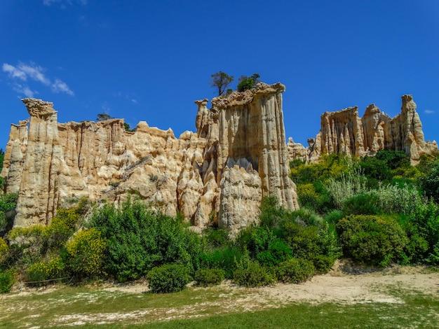 Les orgues d´ille sur tet、石灰岩層、ピレネーオリエンタル、ラングドックルーション、フランスの地質学的サイト