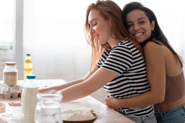 キッチンで愛情のこもったレズビアンカップル