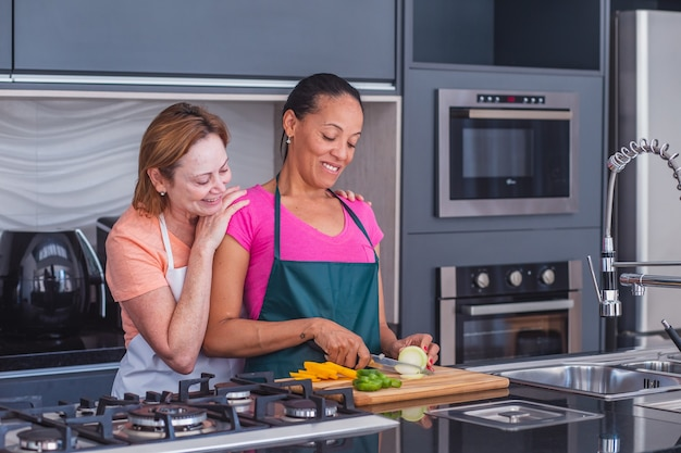 恋に一緒に料理するレズビアンカップル