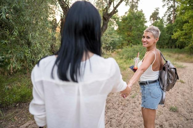手を繋いでいるレズビアンのカップル