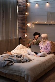 노트북을 보고 있는 레즈비언 커플