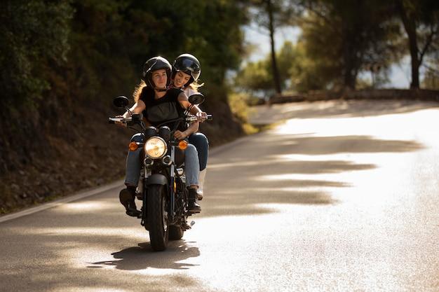 Coppia lesbica in viaggio in moto Foto Gratuite