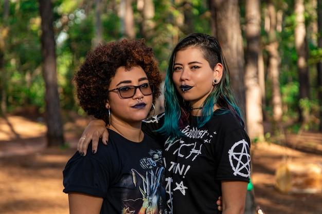 Лесбийская пара в прекрасный день в парке