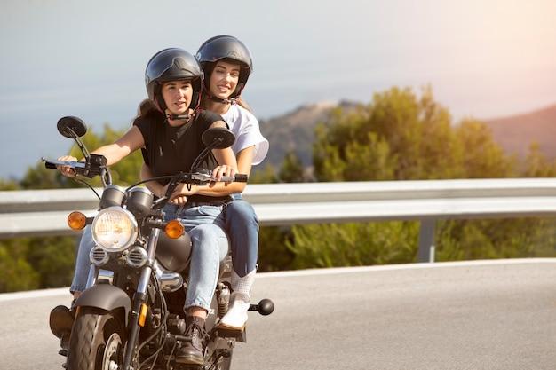 バイクロードトリップのレズビアンカップル