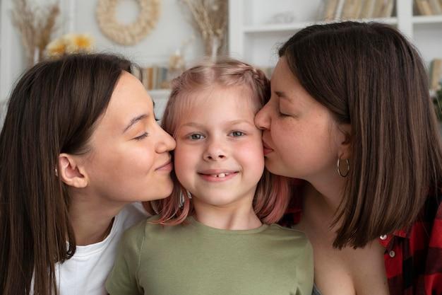 Лесбийская пара проводит время со своей дочерью дома