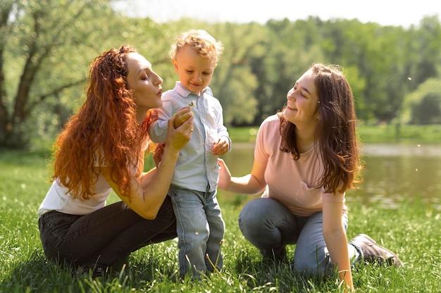 公園で子供と一緒に時間を過ごすレズビアンカップル