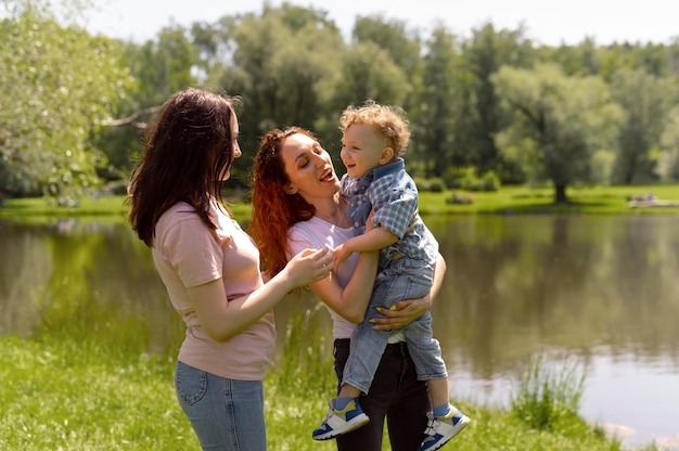 公園で息子と過ごすレズビアンカップル
