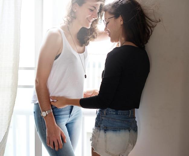 レズビアンのカップルが一緒に屋内コンセプト
