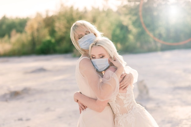 하얀 모래에서 레즈비언 커플 결혼식, 코로나 19 전염병 예방을 위해 마스크 착용