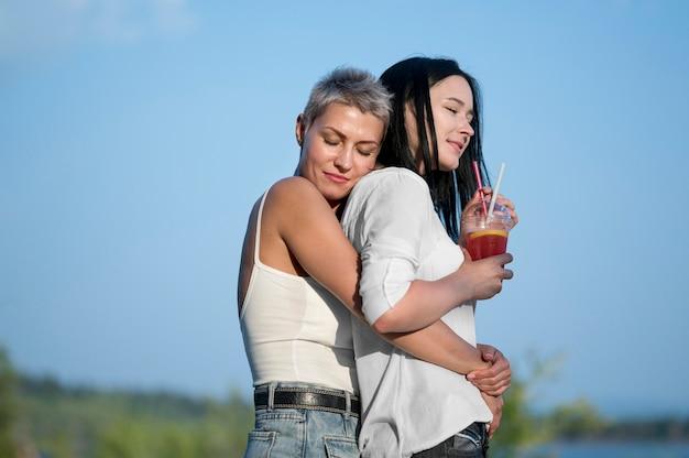 飲み物とレズビアンのカップル
