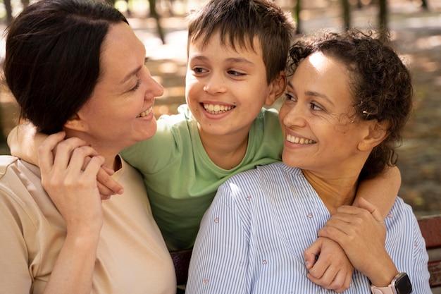Coppia lesbica con il figlio che trascorre del tempo insieme all'aperto