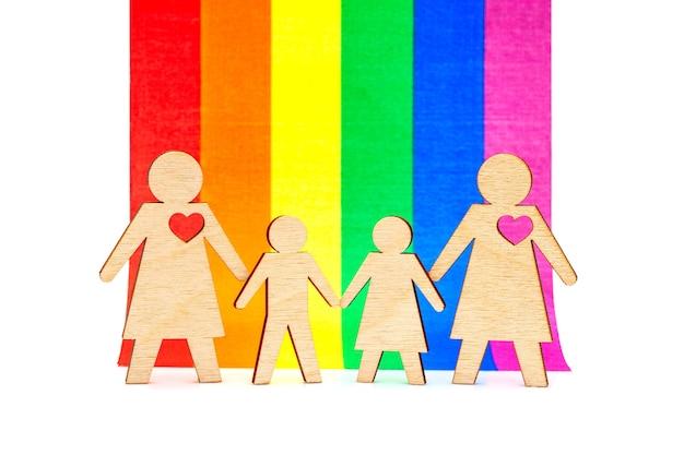 아이들이 있는 레즈비언 가족 lgbt의 무지개 깃발을 배경으로 아들 딸을 둔 두 어머니
