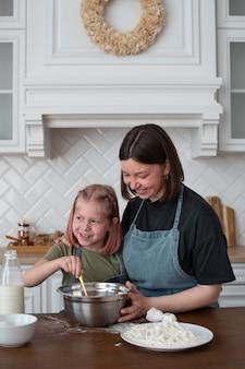 娘と料理をするレズビアンの女性