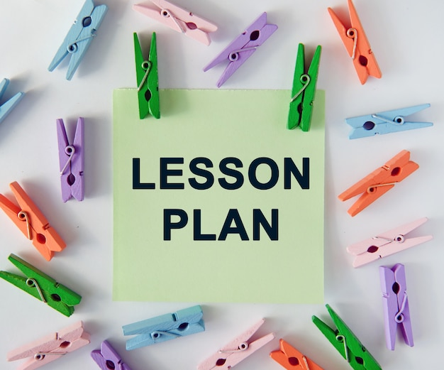 План урока - текст на листе заметок и разноцветные прищепки