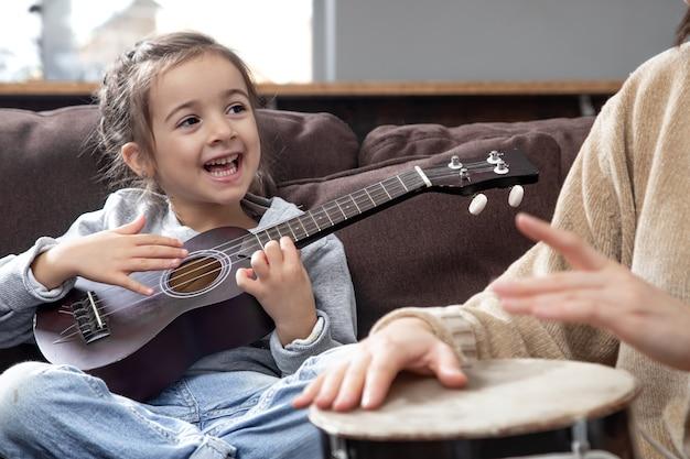 楽器のレッスン。子供の発達と家族の価値観。子供の友情と家族の概念。