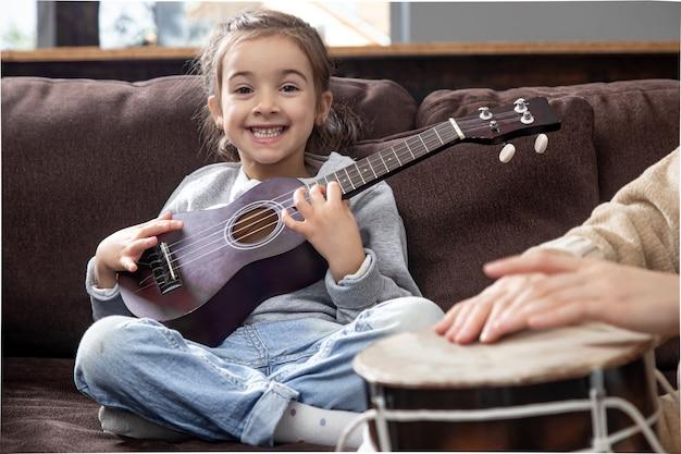 Уроки игры на музыкальном инструменте. развитие детей и семейные ценности. концепция детской дружбы и семьи.