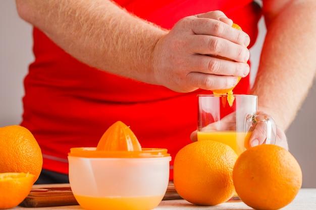 Давайте сделаем апельсиновый сок с помощью соковыжималки