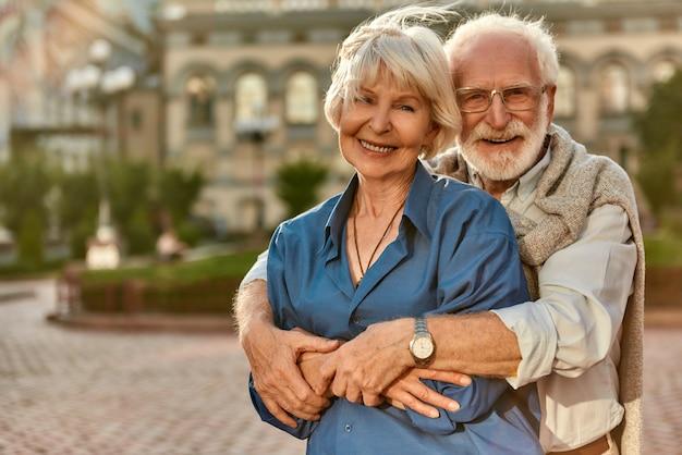 사랑이 오래 지속되기를 바랍니다 행복한 노부부 서로 결속하고 앉아있는 동안 미소