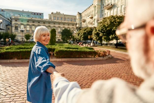 화창한 날 야외에서 춤을 추는 아름다운 노인 부부를 즐겁게 보낼 수 있습니다.