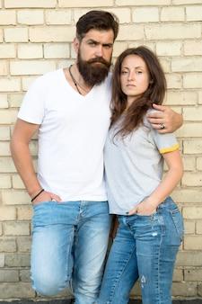 Давайте просто любить вместе. пара в любовных отношениях, обнимая на кирпичной стене. бородатый мужчина и чувственная женщина наслаждаются романтическими отношениями. семейные отношения и связи. отношения и отношения.