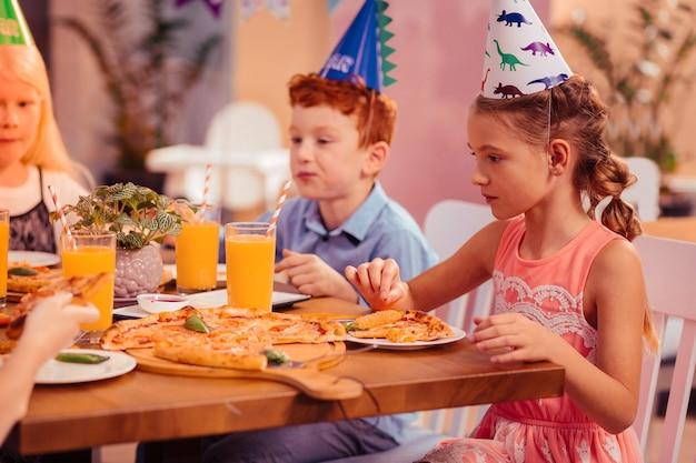 시작하자. 반 위치에 앉아 케이크에 대해 꿈꾸는 만족스러운 아이