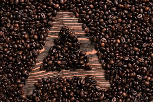 手紙木製のテーブルにコーヒー豆の碑文。上面図。スペースをコピーします。静物。モックアップ。フラットレイ
