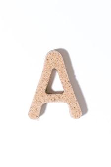 白い夏のコンセプトアルファベットで分離された砂の文字a