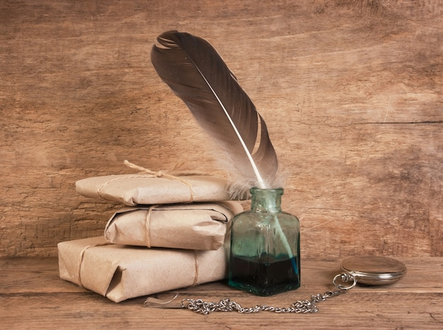 Письмо и перо в чернильнице