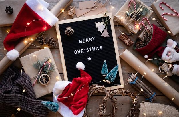メリークリスマスと新年の装飾の言葉が書かれたレターボード上面図フラットレイ
