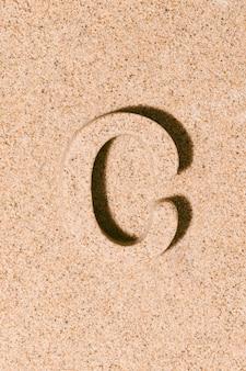 夏のアルファベットのビーチ砂の概念で分離された砂の文字c