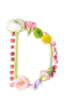 白い背景の上に花とハーブで作られた文字d