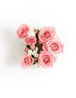 Буква d из розовых роз изолированы. шаблон международного женского дня