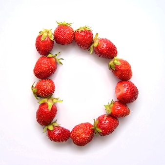 Буква d английского алфавита красной свежей клубники на белом фоне