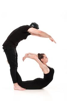 La lettera g formata dai corpi della ginnasta