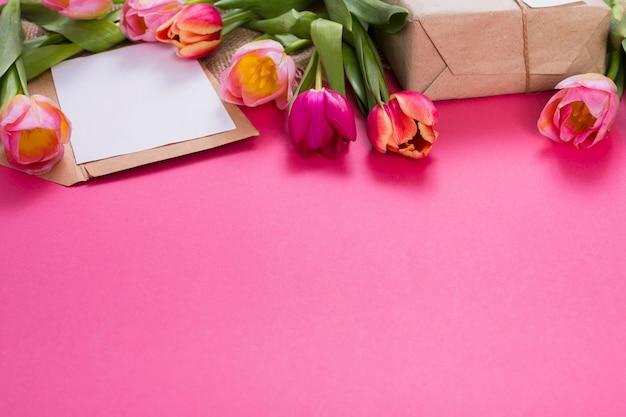 Lettera e confezione regalo con tulipani