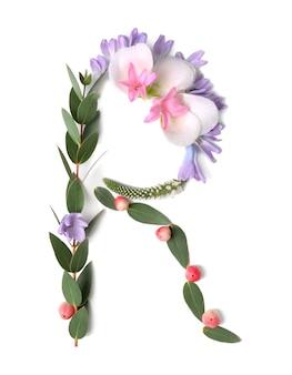 白い背景の上に花とハーブで作られた文字r