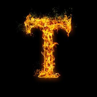 Буква т. огонь пламя на черном, реалистичный эффект огня с искрами. часть набора алфавита