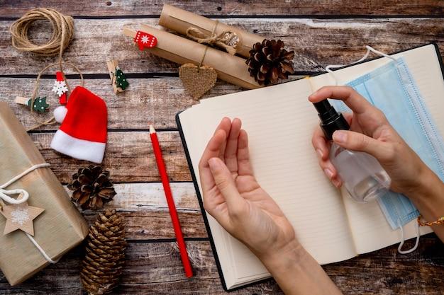 サンタクロースへの手紙、休日の間に木製の背景にクリスマスのウィッシュリスト
