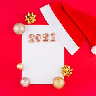 赤い背景のサンタクロースへの手紙クリスマスのおもちゃ新年