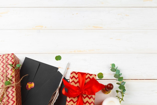 나무 테이블에 밀랍 스탬프를 봉인한 산타클로스에게 보내는 편지
