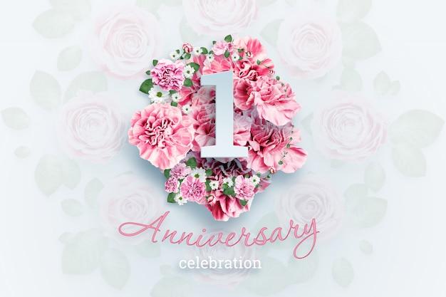 レタリング1番号とピンクの花の記念日のお祝いのテキスト