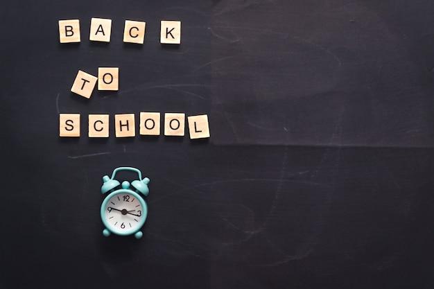 Надпись обратно в школу на абстрактных текстурных мелом натереть на графитовой доске или фоне классной ...