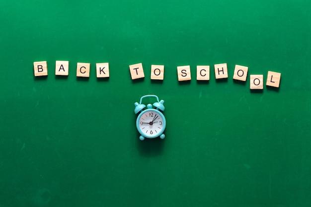 Надпись обратно в школу на абстрактных текстурных мелом натереть на зеленой доске или фоне классной доски ...